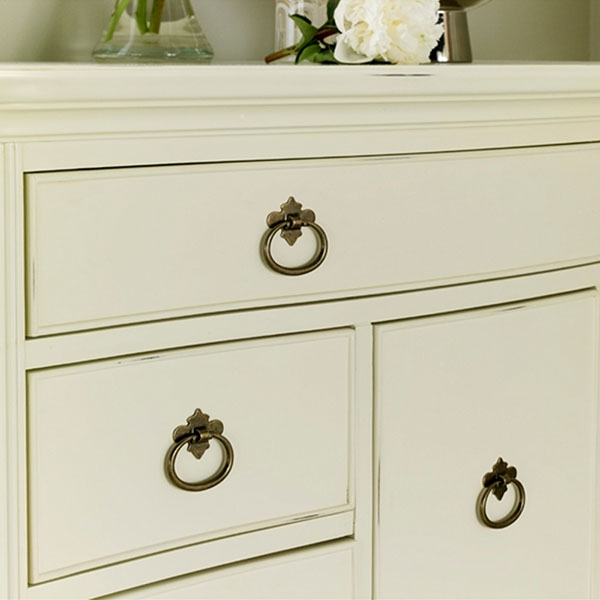 Willis & Gambier Ivory 8 Drawer Chest - Close up image of the drawer handles